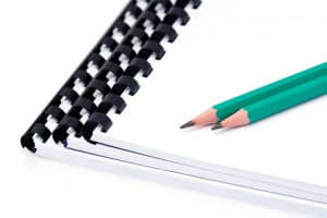 Crayons noirs sur carnets vierges